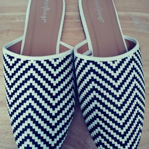 Black and White Summer Loafers Size L (9/10)0